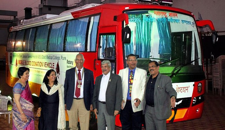 From L: Anjali Telang, DGND Rashmi Kulkarni, RC Poona President Prakash Telang, PDG Vinay Kulkarni, Rajesh Bahl and District Medical Services Director Anil Parmar with the blood collection vehicle.