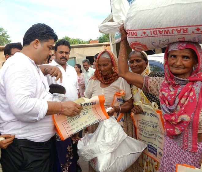 Rotarians of RC Moradabad Heritage distribute eco-friendly bags to replace polythene bags.