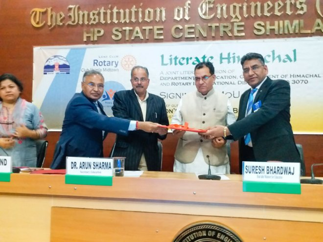 D 3080 PDG Dhian Chand (left) and D 3070 DG Barjesh Singhal (right) exchange MoU with HP State Education Minister Suresh Bhardwaj (second from right) and Department Secretary Arun Sharma.