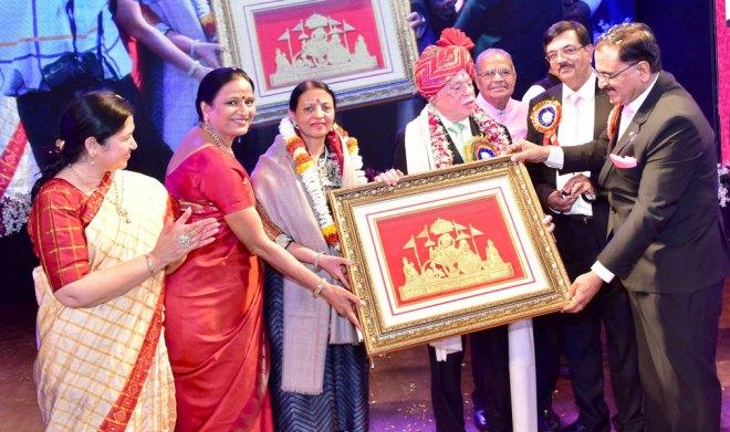 PDG Ashok Gupta and Vijaya present a memento to RIPN Gupta and Vinita in the presence of (from R) PDGs Ajay Kala, Mohan Bhai Shah and Sunita Kala (left)