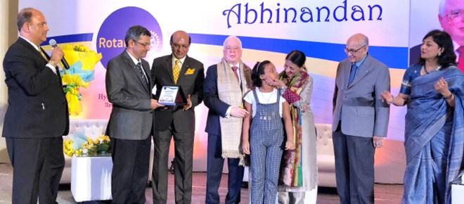 Vinita interacts with little Barsha Pramanik, a beneficiary of Gift of Life programme, in the presence of (from L) PRID Shekhar Mehta, RIDEs Bharat Pandya, Kamal Sanghvi, RIPN Sushil Gupta, PRIP Kalyan Banerjee and Sonal.