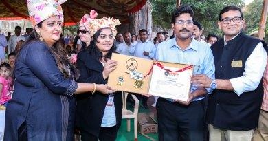 RC Jodhpur Sanskar President Meghna Rajpurohit (L) and District Collector Dr Ravikumar Surpur receiving the Certificate from the India Book of Records Adjudicator Rashmi Jain in the presence of DG Priyesh Bhandari (R).