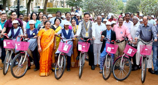 DG Ramesh Vangala (centre) along with the student ­beneficiaries. RC Hyderabad ­Gachibowli President T S Sashikala, PDGs T V R Murti and ­Tamanamu Vijendra Rao are also present.