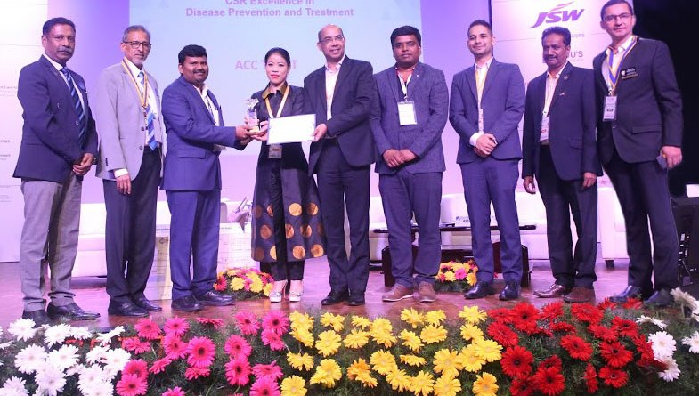 Event Chairman Abhishek Ranjan and boxing champion Mary Kom hand over an award to a corporate representative in the presence of (from L)  RC Bangalore Orchards President D Ravishankar and DG Suresh Hari.