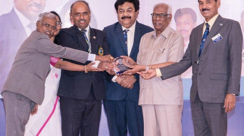 Rtn R Srinivasan receives a plaque from DG Zameer Pasha, IPDG RVN Kannan, Sarala Kannan and DGE A L Chokkalingam.