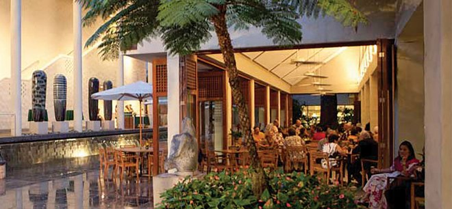 Diners enjoy an outdoor meal at the café in the courtyard of the Honolulu Museum of Art