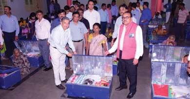 PDG Ganesh Bhat (L) and DG Girish Masurkar (R) with a beneficiary.