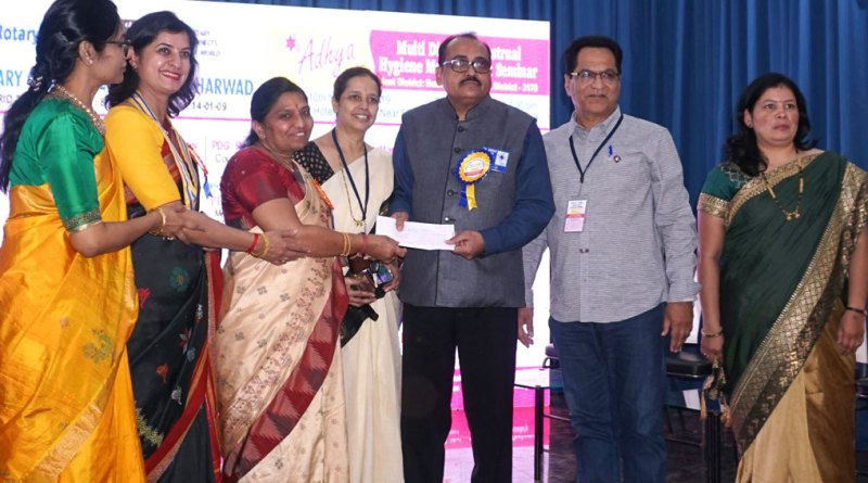 Kishore Lulla (second from R), member of RC Sangli, presents a cheque to DG Girish Masurkar in the presence of (from L) Prashanti Reddy, Gauri Tavargeri, Event Chairman Renuka Salunke, Sandhya Masurkar and Sunita Lulla.