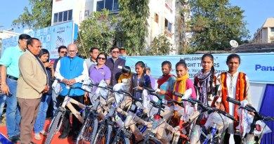 PRIP Kalyan Banerjee with RC Bhavnagar President Rakesh Kanada, DG Anish Shah (behind PRIP Banerjee), PDG Pinky Patel (third from L) and the cyclists.