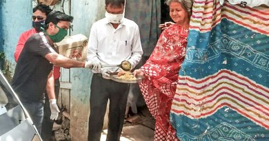 Rotarians of RC Jabalpur South, RID 3261, providing food to a woman at her doorstep.
