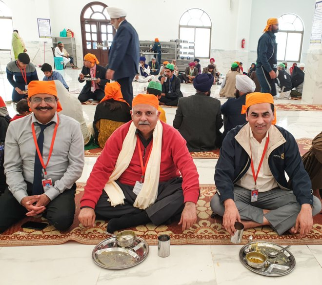 Pakistan Rotarians join the Sikh tradition of partaking meals at the langar (community kitchen) at the gurdwara.