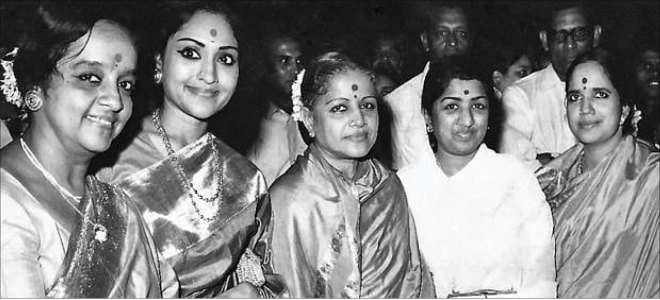 Lata with carnatic music legend M S Subbulakshmi. Also seen: Hindustani classical vocalist Laxmi Shankar, Vyjayantimala Bali and MS' daughter Radha Viswanathan.