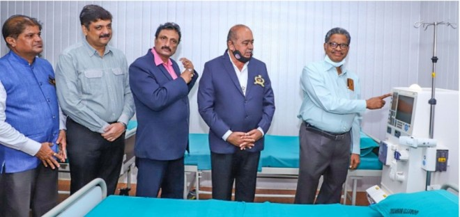 PDG Sadananda Chatra inaugurating a haemodialysis machine at the hospital in the presence of (from L) AG Devdas Shetty, PDG Abhinandan Shetty, RC Kallianpura President Desmond H Vaz and DG Rajarama Bhat.