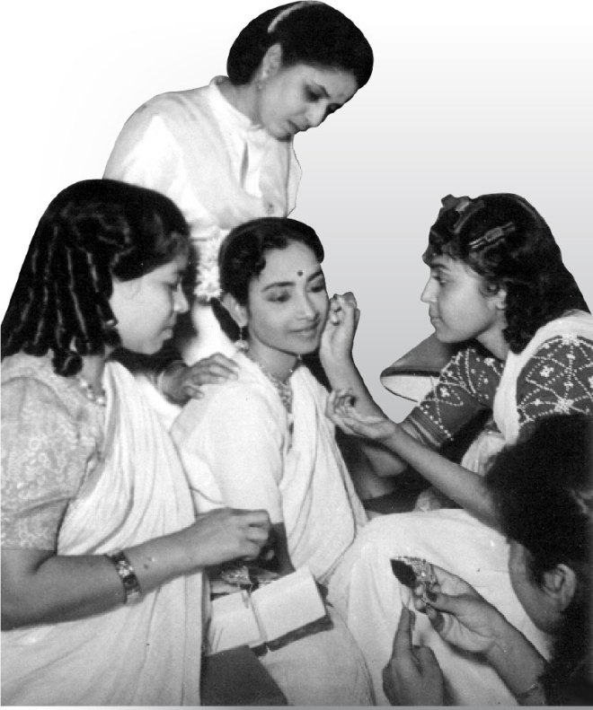 Geeta being decked up by her friends Geeta Bali and Smriti Biswas.