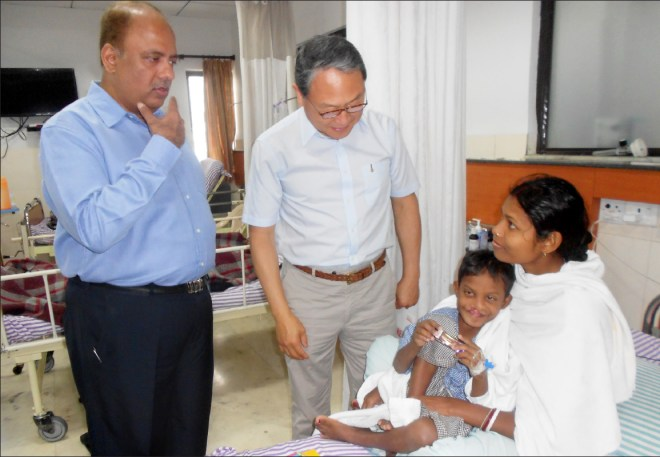 Shekhar Mehta, accompanied by the then RI Director Sangkoo Yun, visiting a child after his heart had been mended.