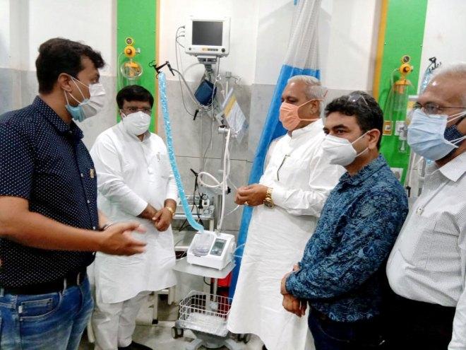 Haryana deputy speaker Ranbir Gangwa (3rd from right) and Hisar mayor Gautam Sardana (2nd from left) at the inauguration of oxygen therapy machines.