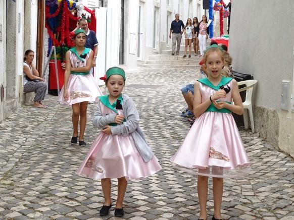 Törenlere katılan kızlar