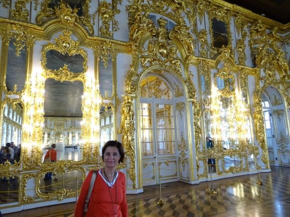 Altın varaklı duvar ve kapılar