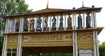İskele giriş kapısındaki ahşap heykeller