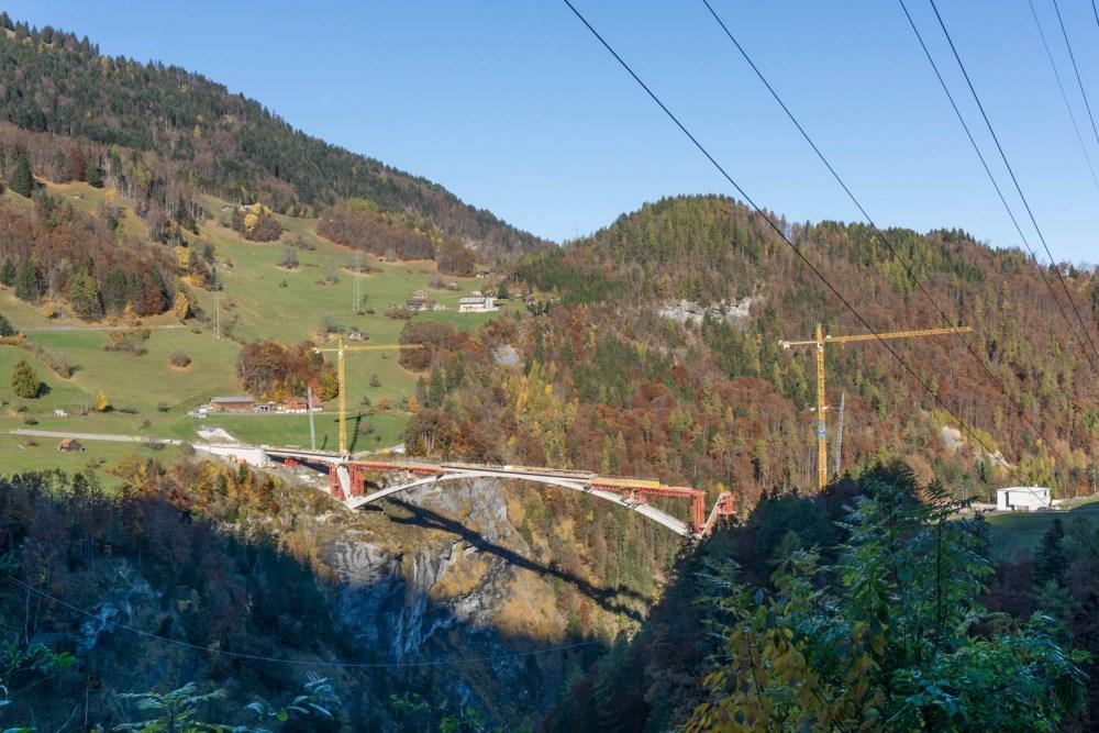 die neue gigantische Brücke über das Taminatal
