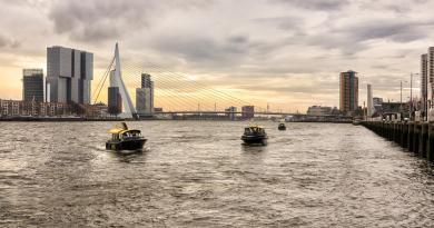 De Watertaxi brengt ons over de Maas van noord naar zuid