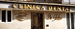 Letras de latón retroiluminadas con un corte clásico para una clínica