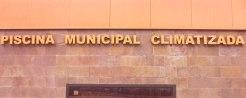 Letras de latón retroiluminadas con una tipografía más sobria, para una piscina municipal