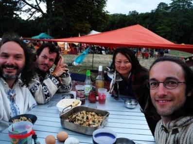 Mickaël; Jean, Jade et Florian de vant la tente installée sur le stand