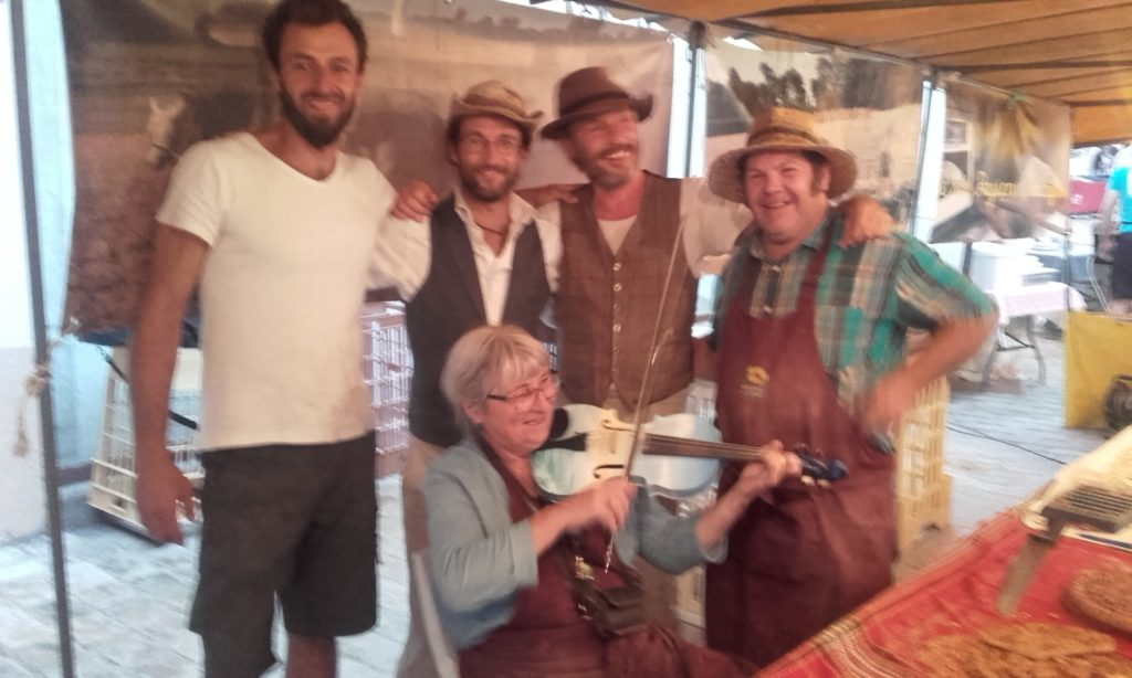 Robin, Florian, Mickaël, Manu et Isa à l'accordéon au marché nocturne de Airvault