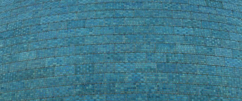 تحتوي ألواح القبة التي تتكون من حوالي 30 بلاطة على ست درجات مختلفة من اللون الازرق مرتبة بشكل عشوائي