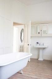 Cozy and relaxing farmhouse bathroom designs (22)