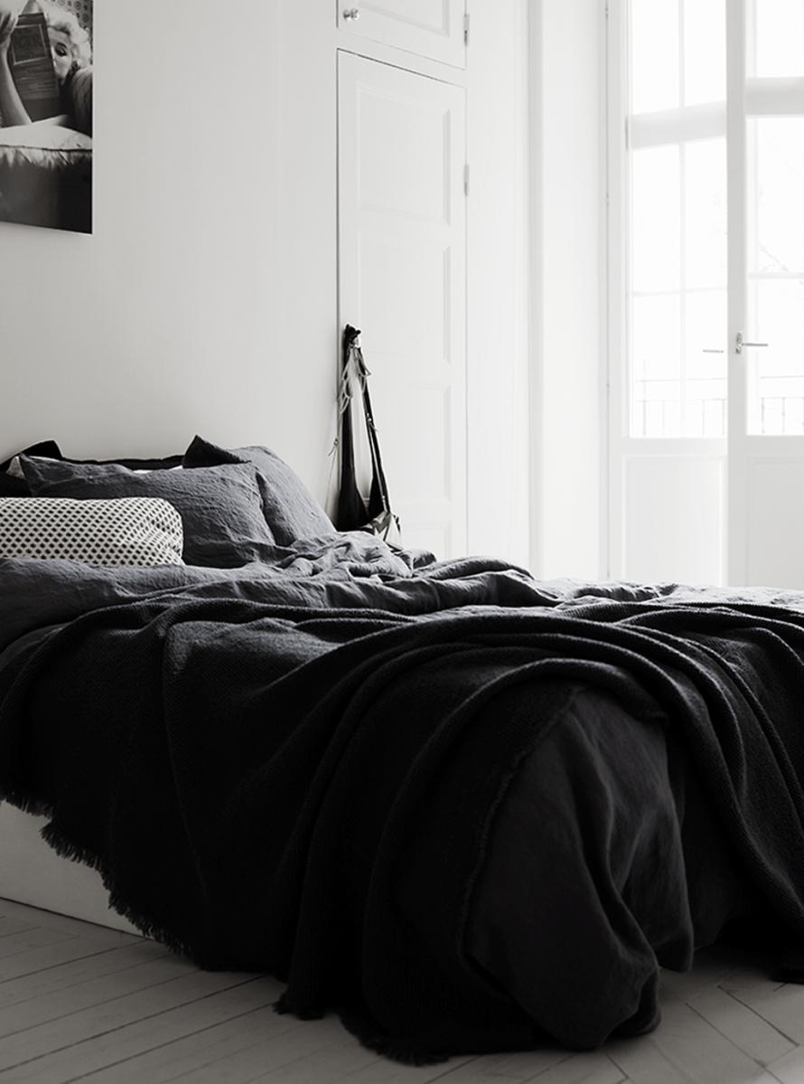 Stylish stylish black and white bedroom ideas (26)