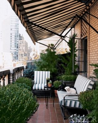 Amazing small balcony garden design ideas 17