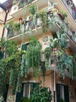 Amazing small balcony garden design ideas 25