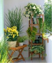 Amazing small balcony garden design ideas 40