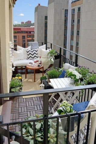 Amazing small balcony garden design ideas 60