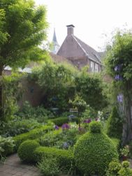 Beautiful french cottage garden design ideas 37