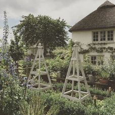 Beautiful french cottage garden design ideas 44