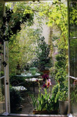 Cute and simple tiny patio garden ideas 42