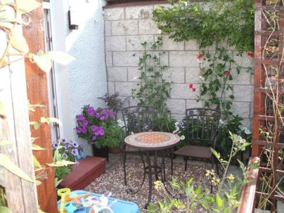 Cute and simple tiny patio garden ideas 61