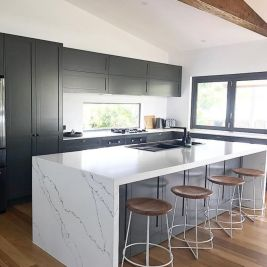 Inspiring black quartz kitchen countertops ideas 30