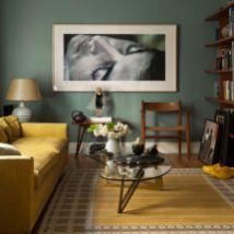Stylish dark green walls in living room design ideas 46