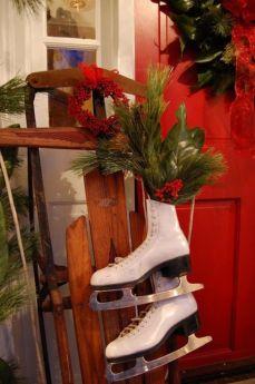 Stylish christmas decoration ideas using sleigh 32 32