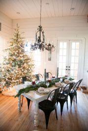 Inspiring farmhouse christmas table centerpieces ideas 21