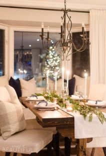 Inspiring farmhouse christmas table centerpieces ideas 33