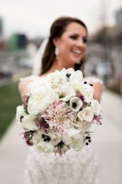Wonderful winter wedding bouquets ideas you will love (14)