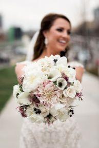 Wonderful winter wedding bouquets ideas you will love (14)