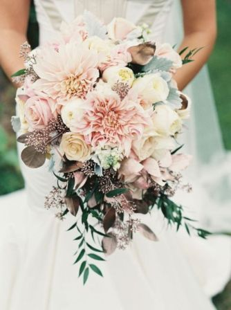 Wonderful winter wedding bouquets ideas you will love (28)