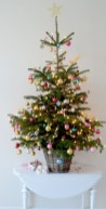 Beautiful and charming tabletop christmas trees decoration ideas 03
