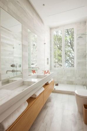 Simple and cozy farmhouse wooden bathroom inspirations ideas 33
